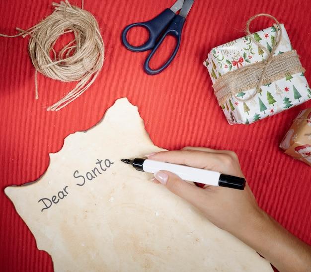 Processo de alto ângulo para escrever uma carta para o papai noel