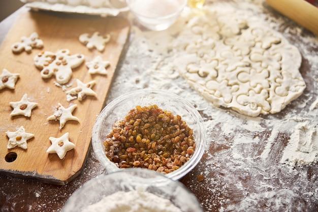 Processo de assar biscoitos em pleno andamento na cozinha