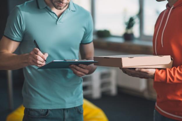 Processo de assinatura do documento durante o recebimento da entrega postal