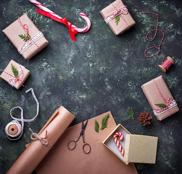 Processo de caixas de embalagem com presentes de presentes de natal. vista do topo