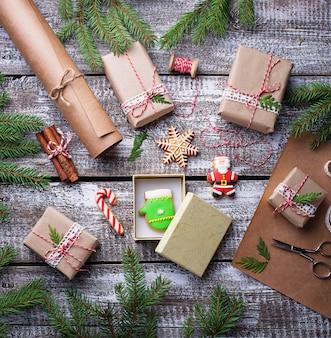 Processo de caixas de embalagem com presentes de presentes de natal