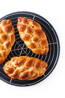 Processo de conceito de comida caseira trança pão trança chalá massa
