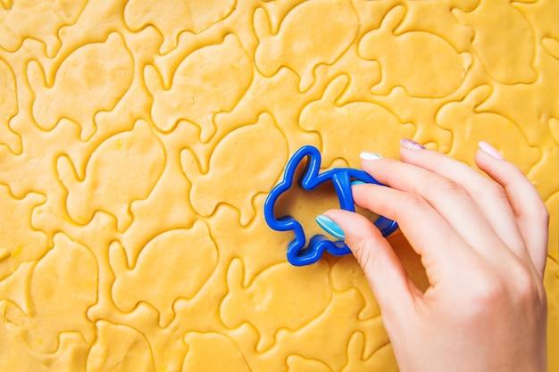 Processo de corte de biscoitos em forma de coelho