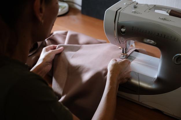 Processo de costura com máquina de costura