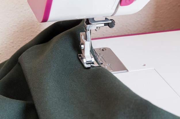 Processo de costura na fase de sobrecostura