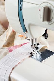 Processo de costura por uma fita de cortina na máquina de costura