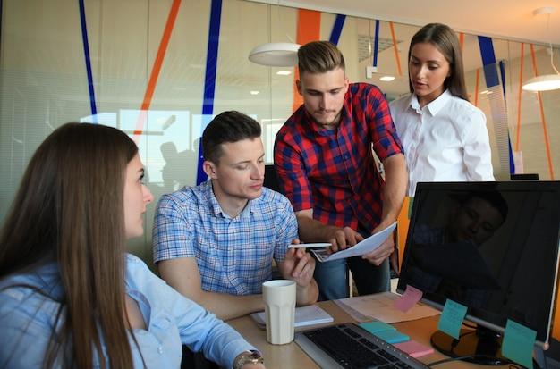 Processo de coworking, projeto de trabalho em equipe de designers. foto: jovem equipe de negócios trabalhando com um novo escritório moderno de inicialização