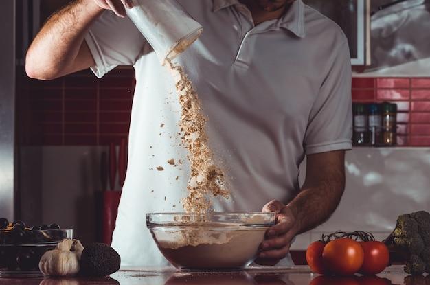 Processo de cozimento do homem que faz o seitan em casa