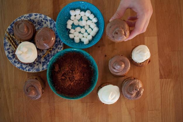 Processo de cozinhar cupcakes e muffins
