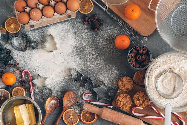 Processo de cozinhar massa para biscoitos de natal
