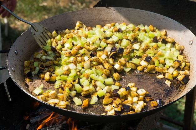 Processo de cozinhar paella com frutos do mar
