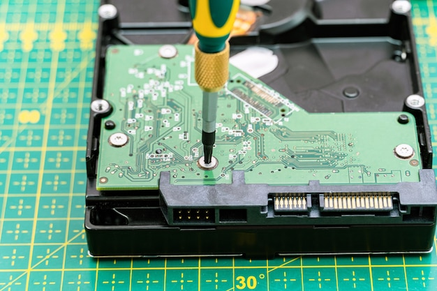 Processo de desmontagem da unidade de disco rígido com chave de fenda na recuperação de informações, serviço de reparo de hdd