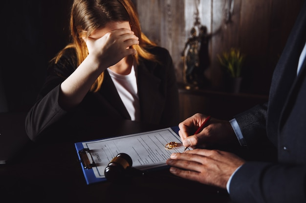 Processo de divórcio. homem e mulher assinam documentos por causa do rompimento.