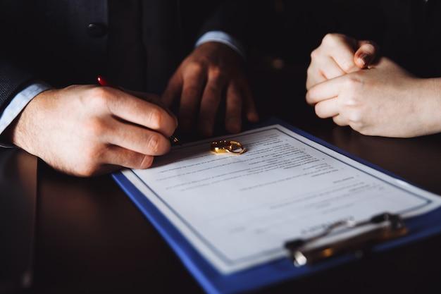 Processo de divórcio merriage. separação dos cônjuges no gabinete do advogado. pessoas assinam acordo.