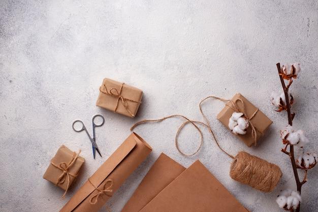 Processo de embalagem de caixas de presentes em papel ofício.