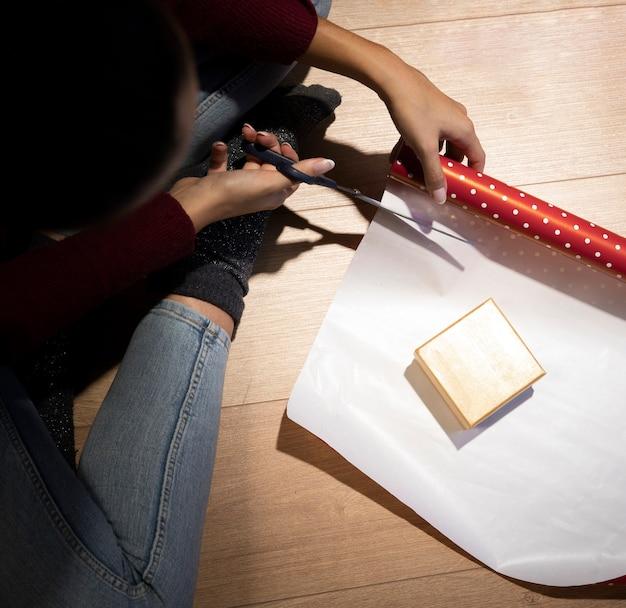 Processo de embalagem de natal de alto ângulo