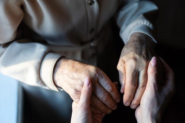 Processo de envelhecimento - mulher idosa muito velha com a pele enrugada
