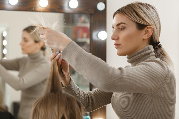 Processo de estilo de cabelo no salão de cabeleireiro.