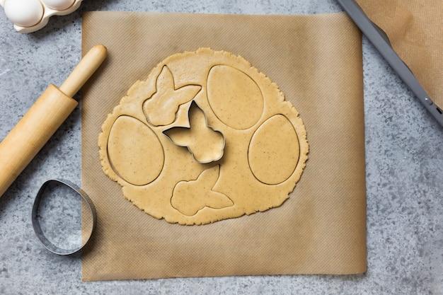 Processo de fabricação de biscoitos caseiros para a páscoa. vista de cima.