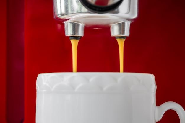 Processo de fabricação de café expresso único usando a máquina de café expresso.