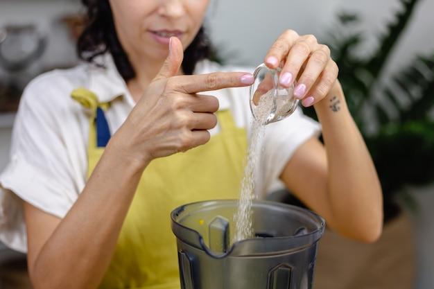 Processo de fabricação de pudim de chia. fazendo geléia saudável de manga e mamão.