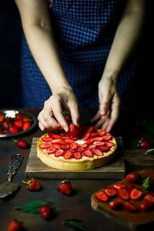 Processo de fabricação de torta com morangos