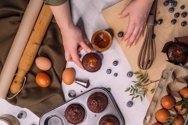 Processo de fazer bolinho de chocolate caseiro com creme