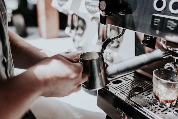 Processo de fazer café cappuccino