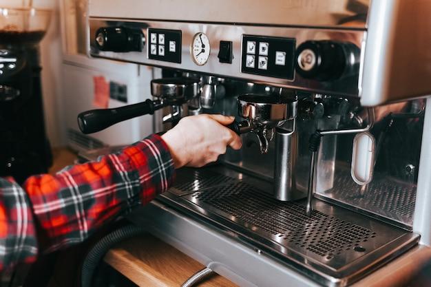 Processo de fazer café com leite em uma máquina de café em um café