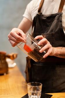 Processo de fazer café em close-up