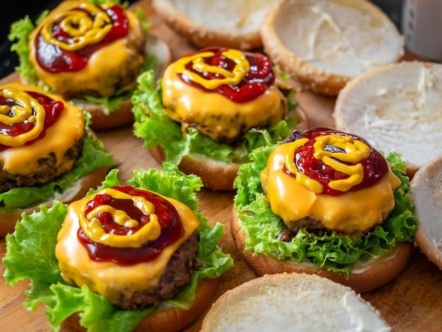Processo de fazer deliciosos hambúrgueres caseiros.