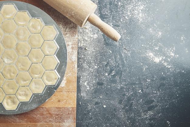 Processo de fazer massa de bolinhos caseiros