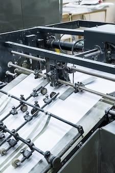 Processo de impressão na fábrica: close-up da máquina de linótipo usando tecnologia para composição de texto