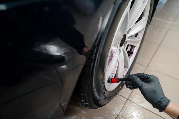 Processo de limpeza do aro da roda do veículo