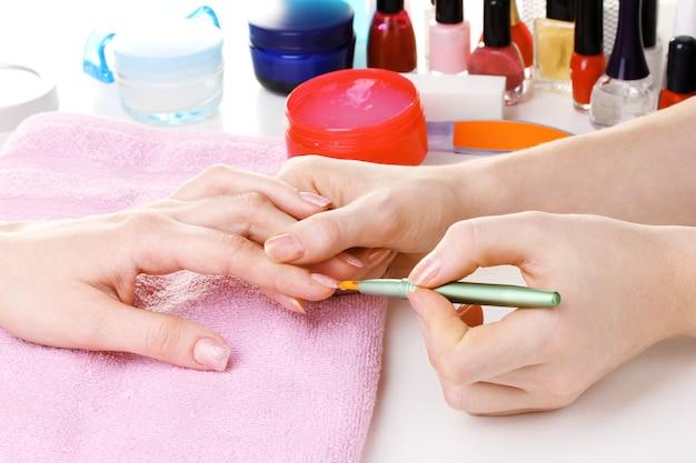 Processo de manicure em lindo salão