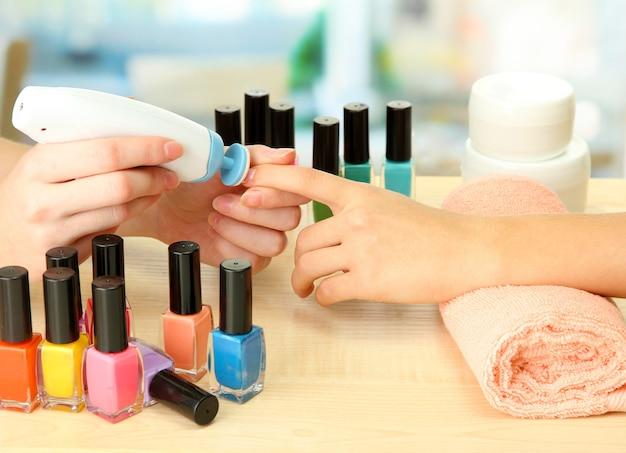 Processo de manicure em salão de beleza, close-up