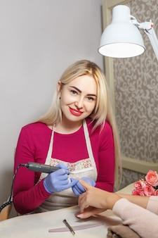 Processo de manicure em salão profissional. tratamento de unhas.