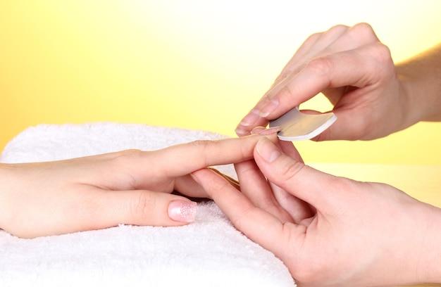 Processo de manicure no salão Foto Premium