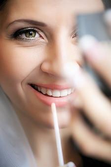 Processo de maquiagem. a fabricação de nude look para lábios