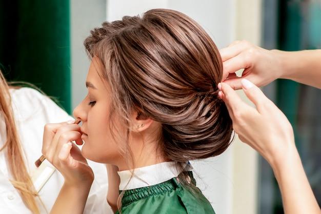 Processo de maquiagem e penteado.