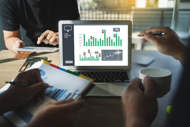 Processo de marketing de trabalho em equipe estratégia de marketing analisando estoque dashboard strategy research concept