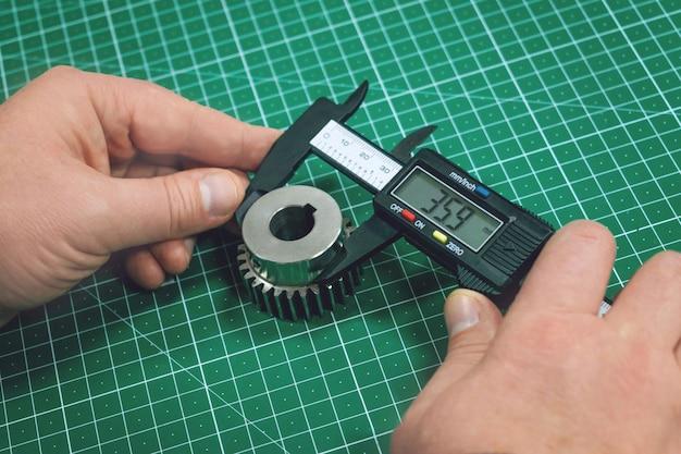 Processo de medição de engrenagem de metal