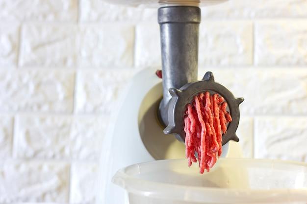 Processo de moagem de carne vermelha fresca da máquina de trituração