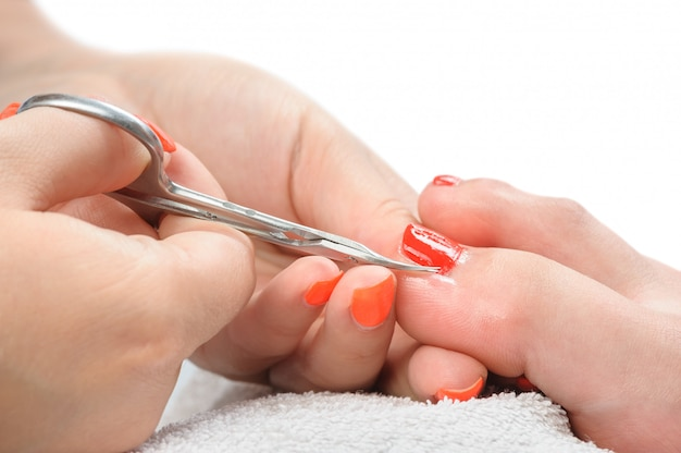 Processo de pedicure, corte de cutículas