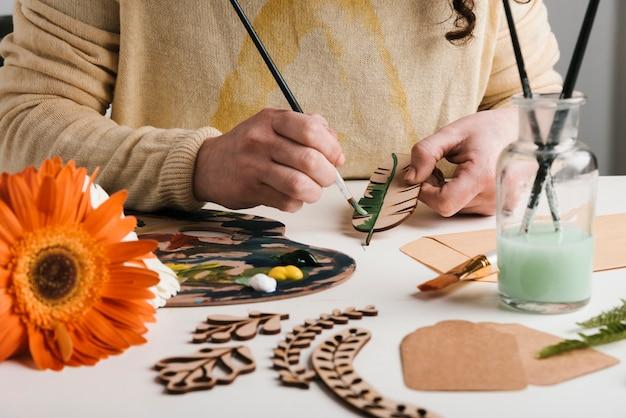 Processo de pintura de peças de arte em madeira