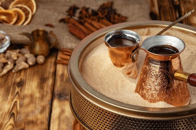 Processo de preparação de café em turco em cezve na areia