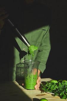 Processo de preparação de smoothie desintoxicante verde com liquidificador