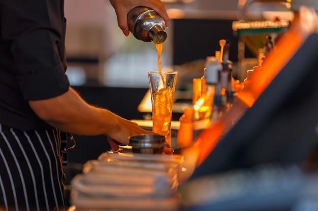 Processo de preparação de um barman cocktail de maracujá