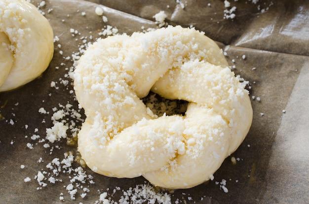 Processo de preparação - pães crus não cozidos. pronto para assar bolos caseiros tradicionais em papel manteiga.