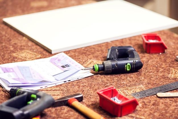 Processo de produção e fabricação de móveis de madeira em fábrica de móveis.